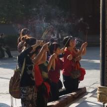 Pilger im Kloster Fayu Si 法雨寺, Putuo Shan, Provinz Zhejiang (2012)
