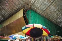 Baustelle mit Bambusgerüst über Gemüsemarkt in Wan Chai (2013)