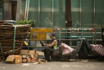 Müllsammler beim Schuheputzen