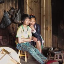 Mutter und Sohn der Miao-Ethnie vorm Fernseher, Guizhou (2017)