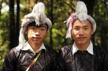 Junge Miao-Männer, fein gemacht für Touristen (2017)