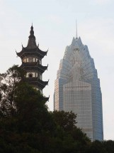 Pagode und World Trade Center in Wenzhou, Provinz Zhejiang (2012)
